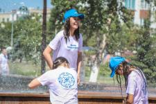 В жару молодежь спасается в фонтанах (фото)