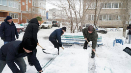 Павлодарские госслужащие взялись за лопаты, участвуя в челлендже BizBirgemiz