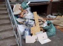 Павлодарка отделалась предупреждением за выброшенный возле подъезда строительный мусор