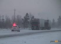 В департаменте по ЧС Павлодарской области объяснили, почему, несмотря на оповещения, зимой на трассах оказывается много машин
