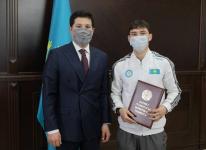 Аким области вручил грамоту павлодарскому боксеру, получившему лицензию на участие в Олимпийских играх