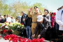 День Победы в Павлодаре начался с возложения цветов к Вечному огню