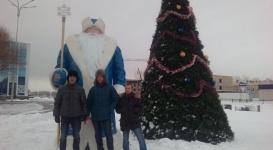 Житель Караганды продал машину, чтобы подарить четырехметрового Деда Мороза городу