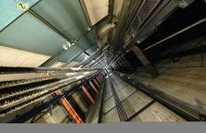 В Павлодаре в шахту лифта упала женщина и погибла