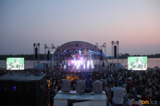 В субботний вечер на сцене Ertis Promenade с концертом выступят Дастан Оразбеков и группа «Алем бэнд»