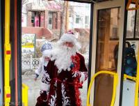Дед Мороз со Снегурочкой поздравил пассажиров трамвая