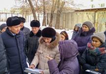 Аким Павлодара спустился с жителями многоэтажек в подвалы, чтобы решить проблемы домов