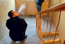Павлодарские полицейские напомнили о том, что курить в подъезде нельзя