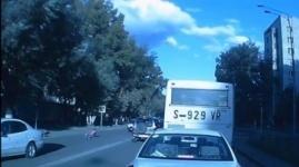 В Павлодаре школьница чудом выжила под колесами авто