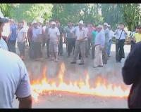 В Кыргызстане оппозиционеры перекрыли стратегическую дорогу