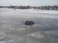 Автомобиль с рыбаком едва не ушел под лед в Экибастузе