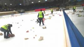 Ледовую арену усыпали мягкими игрушками после матча в Павлодаре