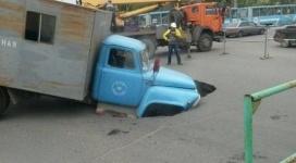 Аварийная машина провалилась под асфальт в Павлодаре