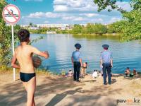В Павлодаре штрафуют людей, купающихся в неустановленных местах и распивающих алкоголь на берегу