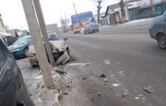 В Павлодаре автомобиль при столкновении с другой машиной от удара въехал в столб