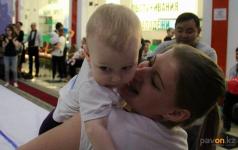 Свыше 30 семейных пар приняли участие в чемпионате по ползанию малышей