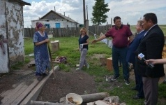 Односельчане попросили акима Павлодарской области помочь одинокой пенсионерке