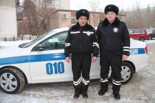 """Павлодарские полицейские оказали помощь замерзающим врачам """"Скорой"""" и их пациентке"""