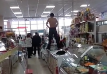 Полуголый мужчина размахивал ножом и требовал мак в магазине Экибастуза