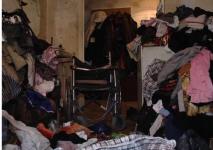 Свалка под крышей дома: жители павлодарской многоэтажки не могут справиться с соседкой