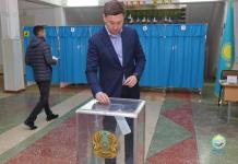 Аким Павлодара с супругой проголосовали в числе первых горожан