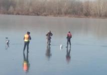 Павлодарский полицейский уговорил рыбака вернуться с замерзшей Усолки на берег