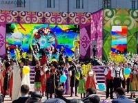 Больше десяти тысяч школьников в Павлодаре вышли на площадь в День единства народа Казахстана