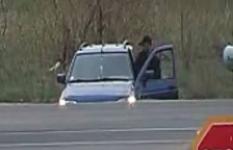"""В Павлодаре воры """"вскрыли"""" несколько машин и уехали на такси"""