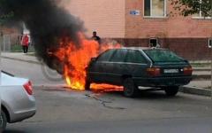 Audi 100 сгорела в жилом микрорайоне Павлодара