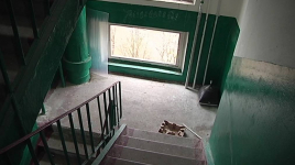 В Экибастузе мужчина выпал с четвертого этажа
