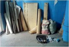 Несколько месяцев жильцы подъезда в павлодарской многоэтажке ждали, пока их сосед уберет за собой строительный мусор
