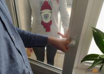 В Павлодаре двухлетняя девочка закрыла маму на балконе