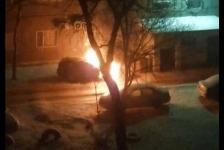 Во дворе многоэтажки опять горел автомобиль