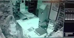 В Павлодаре ищут мужчину, ограбившего продавца в магазине