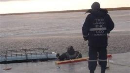 Машина с рыбаками провалилась под лед