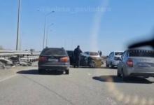 На мосту в сторону Аксу водитель въехал в отбойник