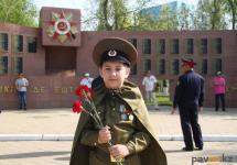 В День Победы павлодарцы, пришедшие на праздник, одели своих детей в военную форму