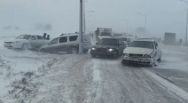 Массовое ДТП с участием 17 авто произошло в Карагандинской области