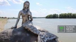 Изуродованную вандалами статую русалки восстановили в Павлодаре