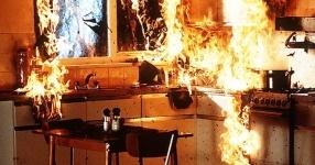 Пожар и прорыв трубы произошли в одной из городских квартир Павлодара