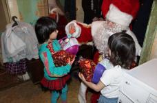 В Павлодаре Дед Мороз посетил детей, чьи родители находятся на учете в службе пробации