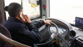 Использование мобильного телефона во время езды - одно из самых частых нарушений со стороны водителей автобусов в Павлодарской области