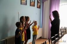 Актер молодежного театра «Промень» обучает воспитанников детского дома актерскому мастерству