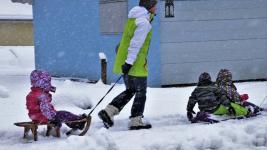 Годовалая девочка отморозила пальцы на прогулке в Павлодарской области