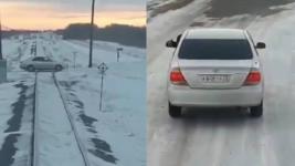 Водитель легкового автомобиля объяснил, почему его машина встала на железнодорожных путях в Павлодарской области
