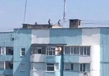 Полицейские раскритиковали автора видео с гуляющими по крыше детьми в Павлодаре