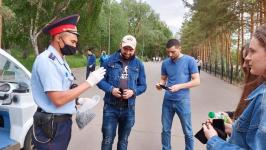 Полторы тысячи масок раздали павлодарские полицейские прохожим