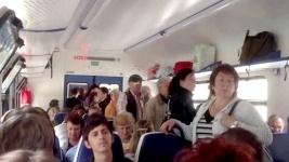 Около сорока пассажиров электрички «Астана-Павлодар» вынуждены были весь путь до конечной остановки ехать стоя