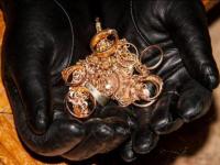 У жительницы Экибастуза из квартиры пропали золотые украшения