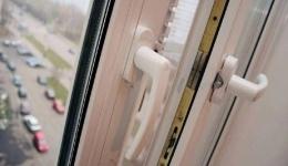 В России мать выбросила годовалую дочь из окна квартиры 9 этажа и выпрыгнула сама